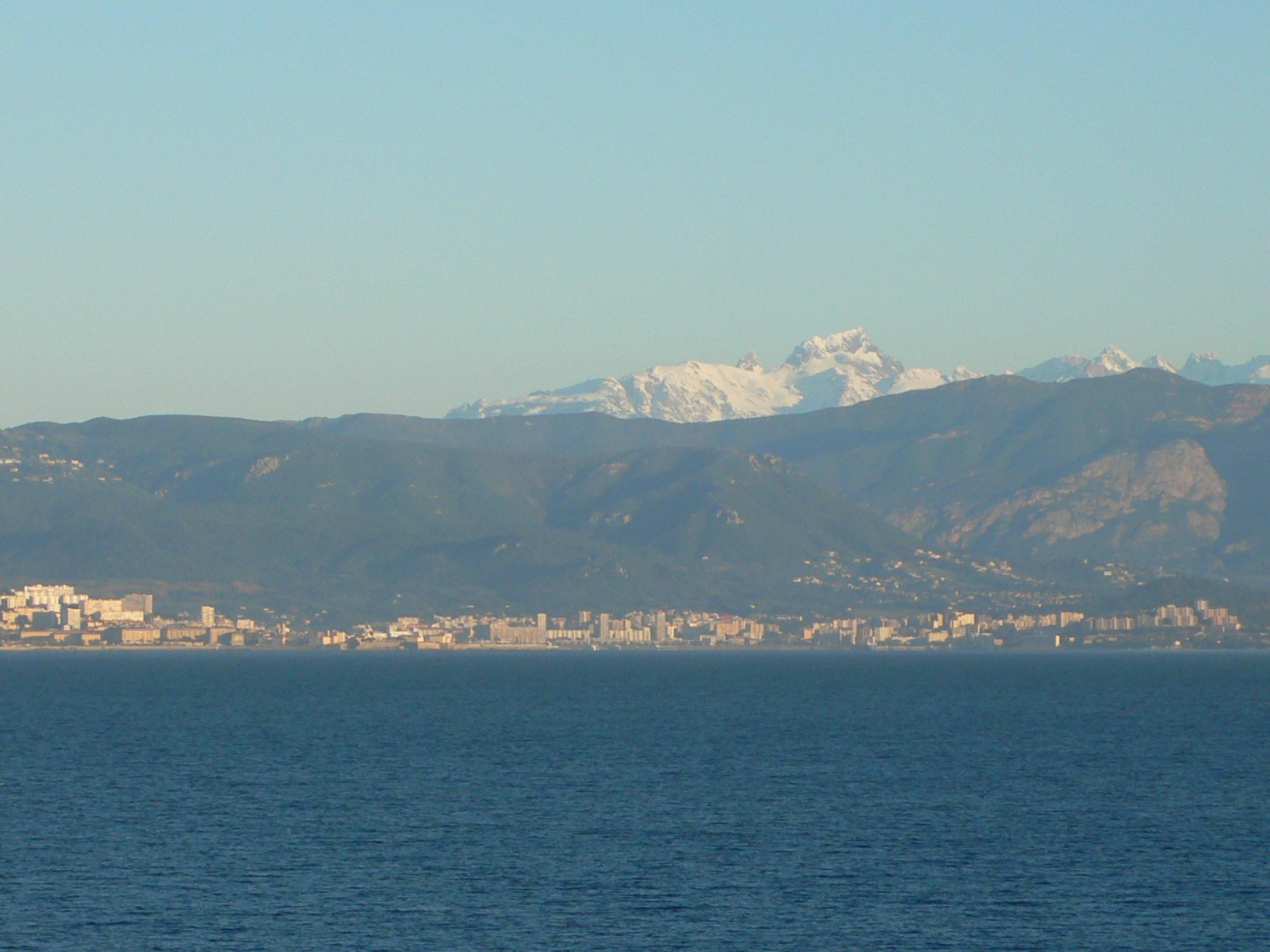 Schneebedeckte Gipfel über Ajaccio im April