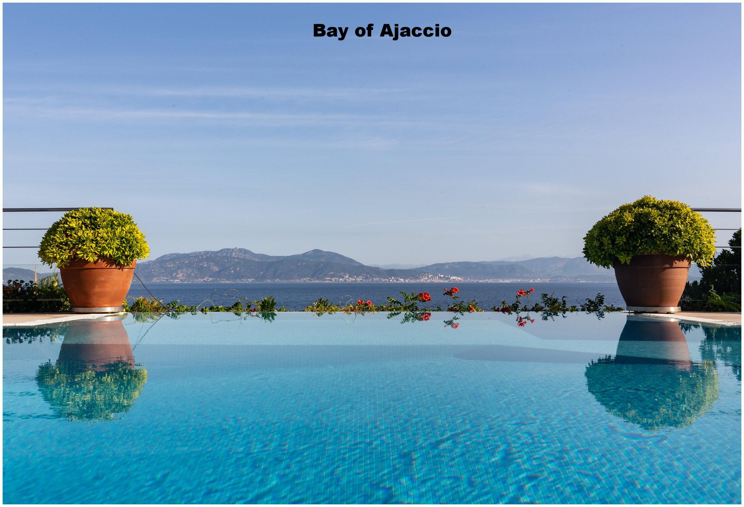 Blick  auf die Bucht von Ajaccio vom Pool