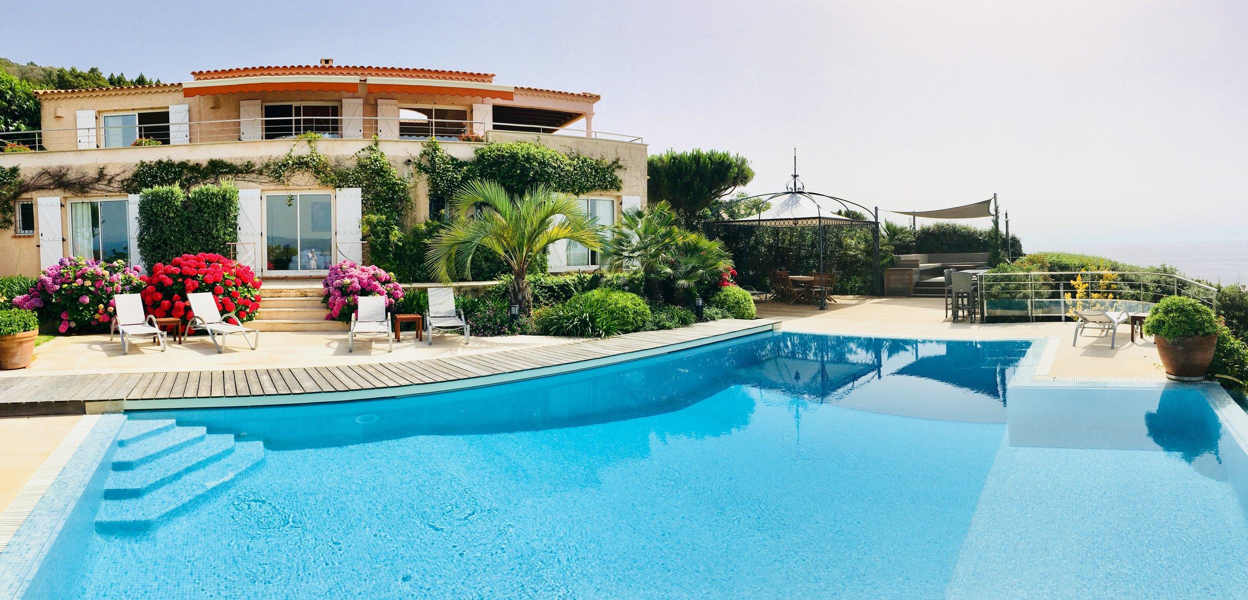 Die Villa und ihre vorderen Terrassen
