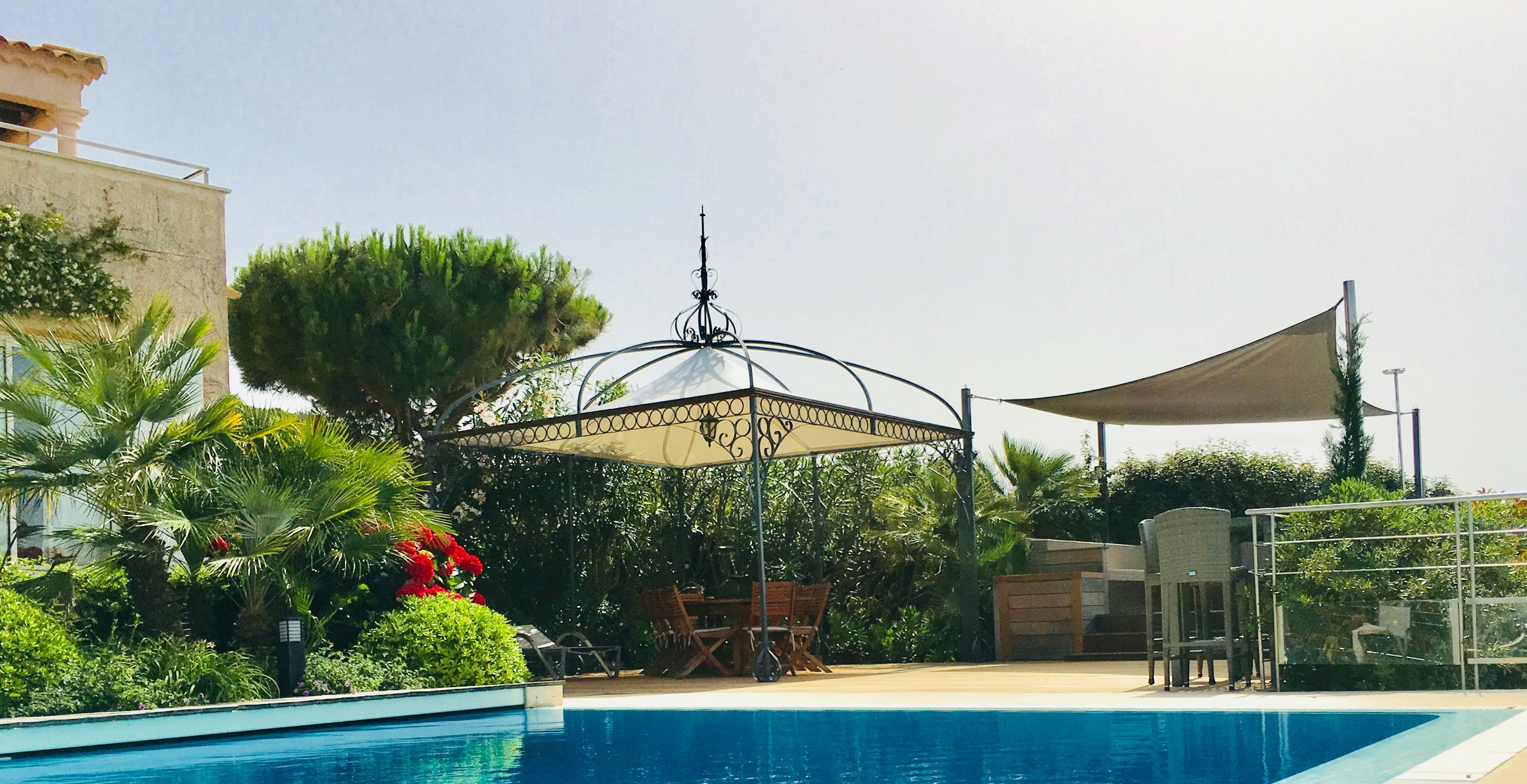 Terrasse und Lounge auf Poolebene