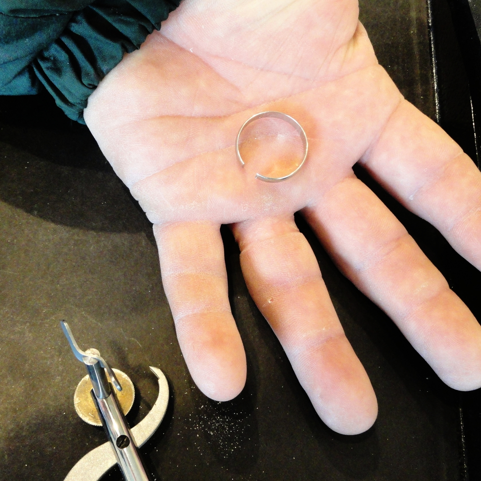 darvier-cut-my-ring-off.JPG