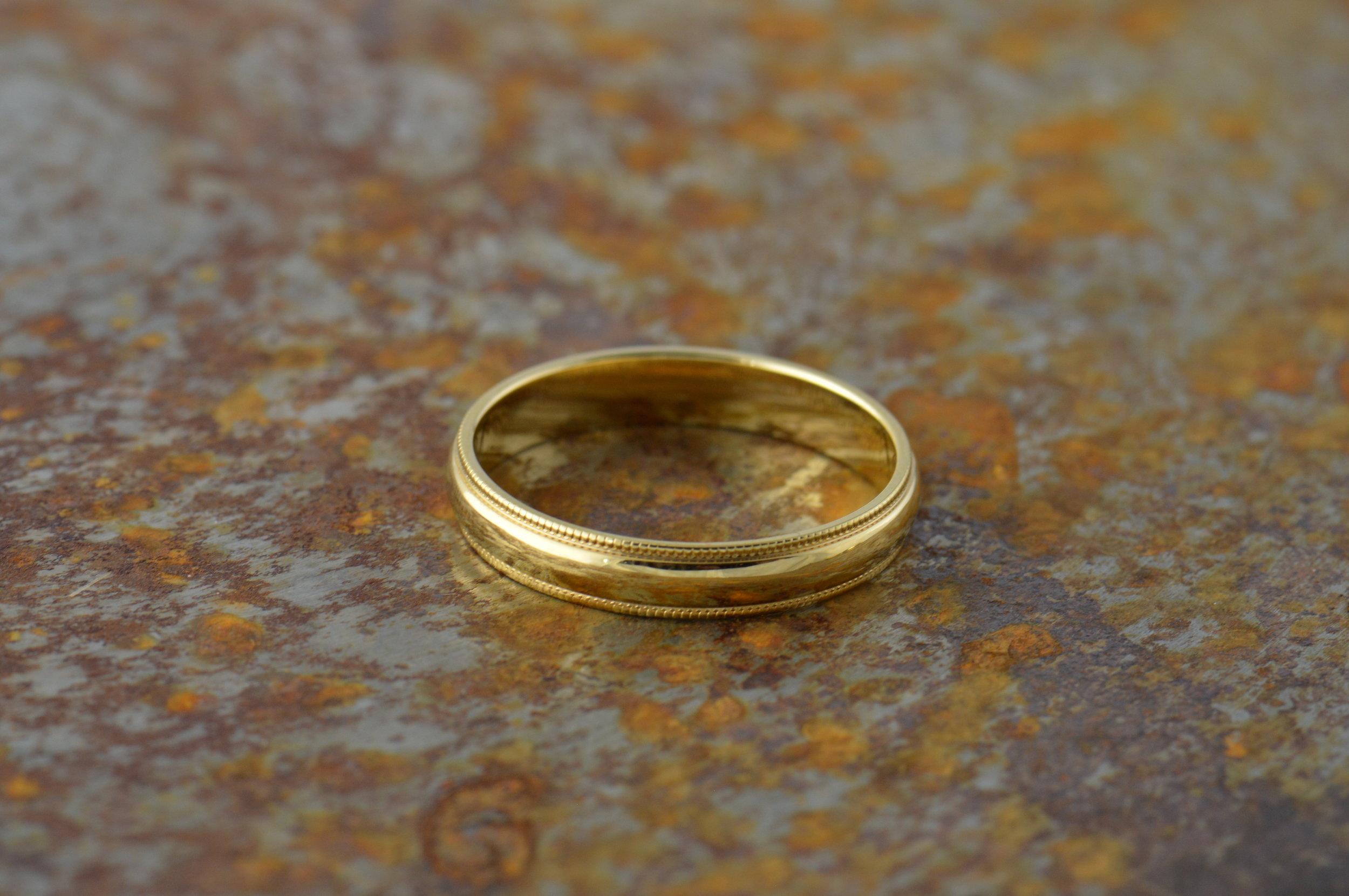 darvier-classic-millgrain-14k-yellow-gold-wedding-band.JPG