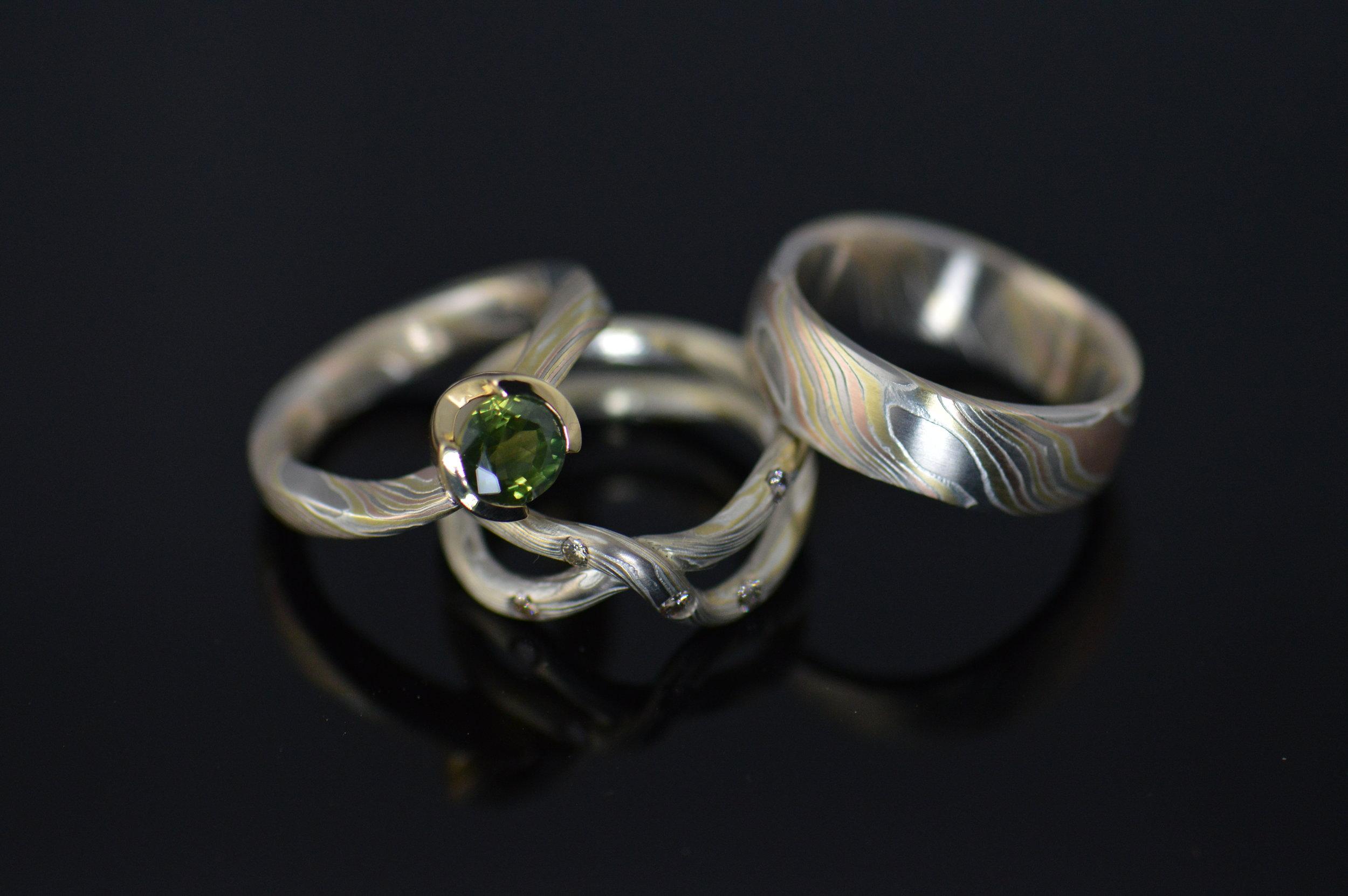 darvier-hand-forged-tri-gold-18k-green-sapphire-wedding-set.JPG