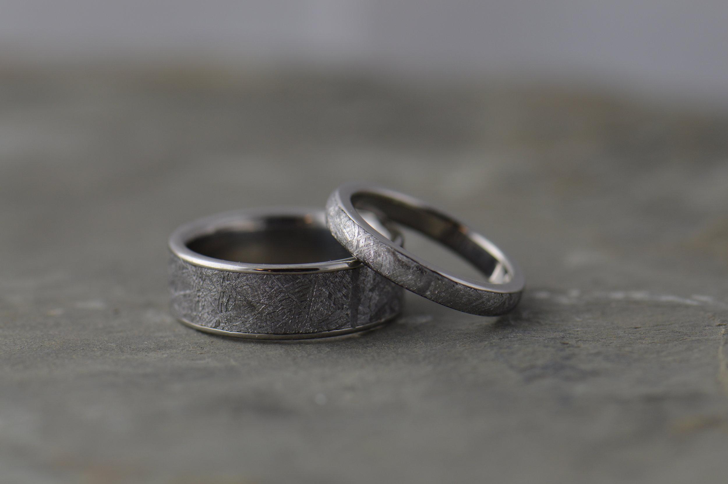 darvier-meteorite-wedding-ring-set.JPG