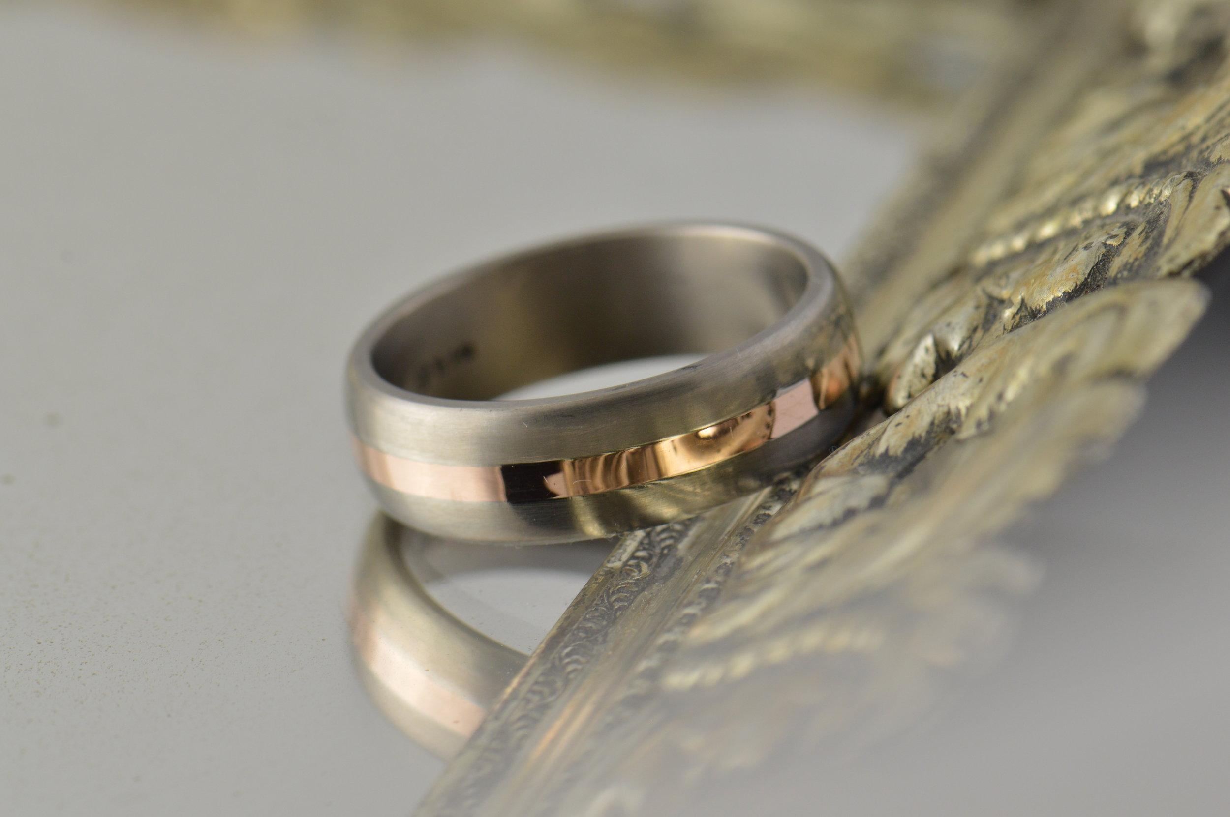 darvier-rose-gold-inlay-titanium-ring.JPG