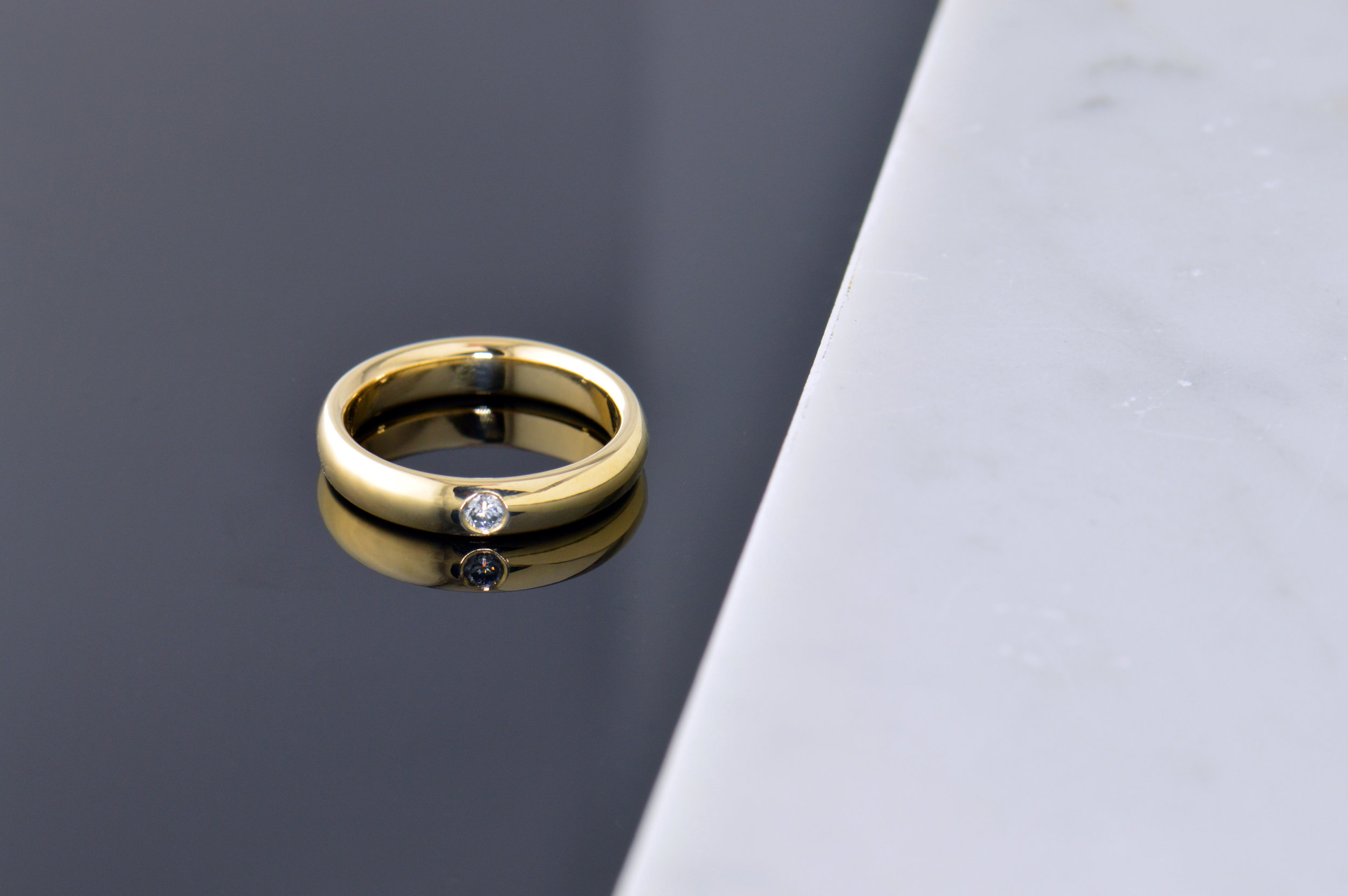 darvier-18k-diamond-wedding-band-minimalistic-flush-setting.JPG