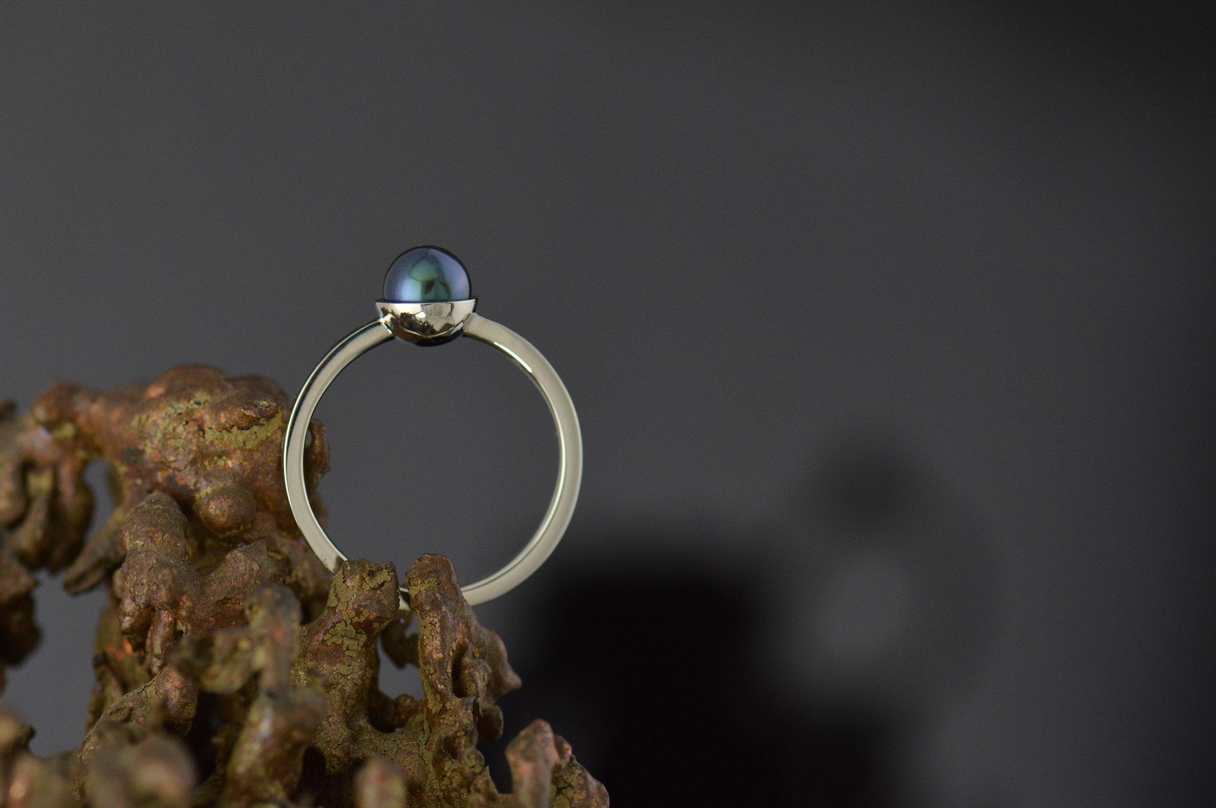 darvier-leroy-jenkins-tahitian-pearl-green-gold-ring.JPG