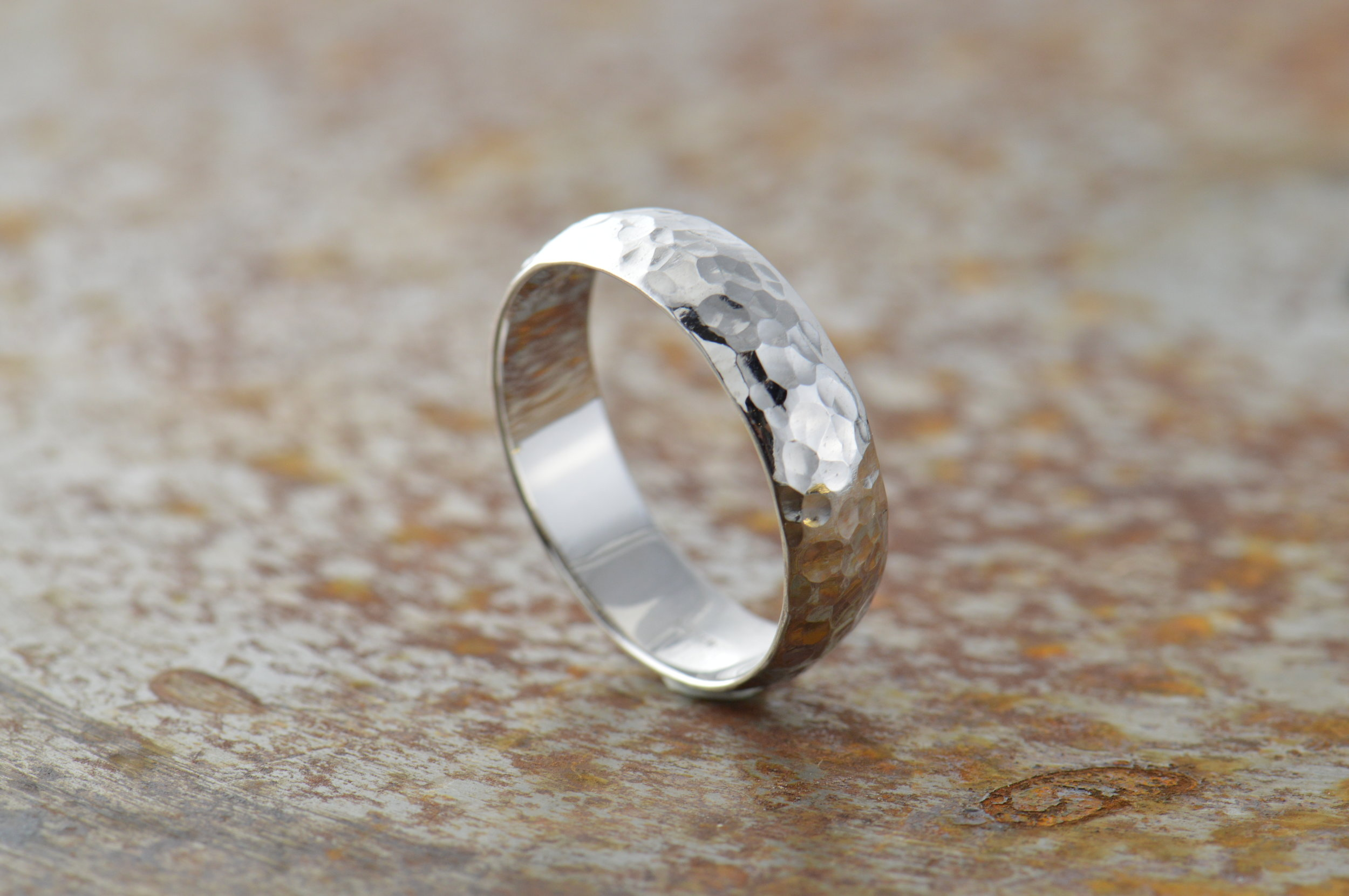 darvier-polished-hammer-finish-platinum-ring.JPG