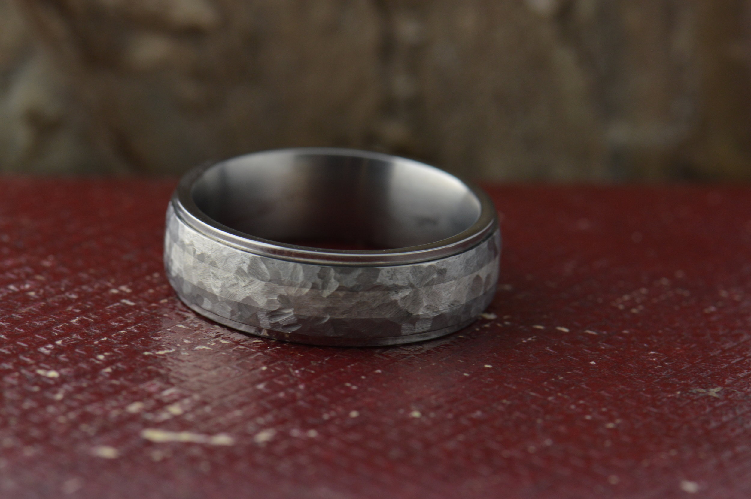 darvier-tight-hammer-finish-sterling-inlay-titanium-ring-step-profile.JPG