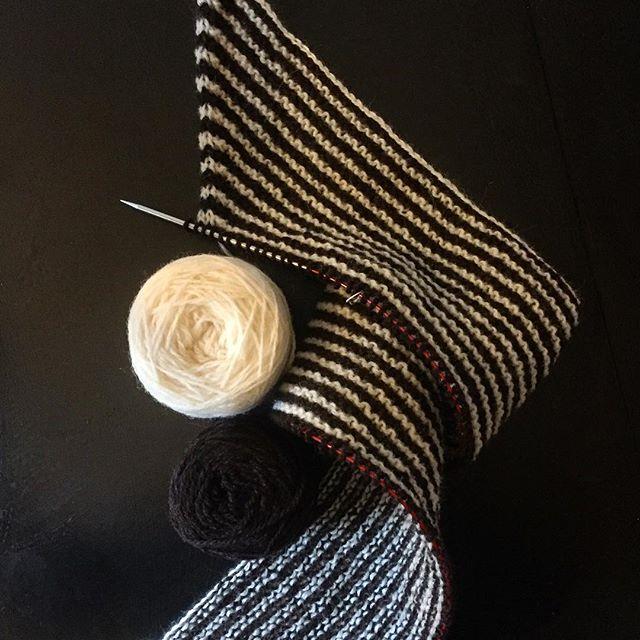 My shawl looks like liquorice at the moment. Procrastiknitting before breakfast to get the week off to a good start... Happy Making Monday everyone! . . . #squigglekiteshawl #lindsaydegen #handknitting #relaxationknitting #shawlknitting #knittersofinstagram #yarnpeoplearethebestpeople #slowfashion #garthenor #undyedyarn #breedspecificyarn #yarnlove #wip #liquoriceallsorts