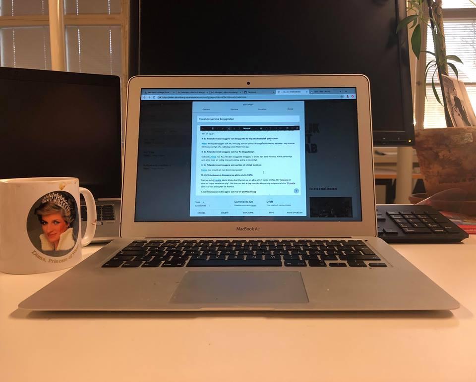 En här i nuet-bild av när jag bloggar om bloggar.