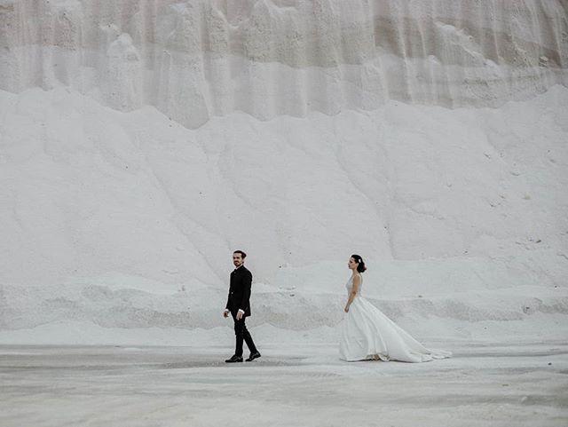 Hace una semana estábamos en Italia para contar la historia de Miky y Gió, una pareja increíble que nos seguirá inspirando y emocionando 🖤 Pronto en nuestro blog ✨✨✨ . . . . #elopement #outdoorwedding #bride #fineartwedding #bodas #vintagewedding #puglia #boda #destinationwedding #destinationweddingphotographer #bridedress #bridalphotoshoot #loveandwildhearts #bodasconestilo #bodasgalicia #bodas2019 #novias2019 #bodasconencanto #smpshareyourstory #noviasconestilo #elopementphotographer #greenweddingshoes #theknot #beachwedding #junebugweddings #everydayibt #bohoweddingdress #novias #stylemepretty #sinspirersemarier