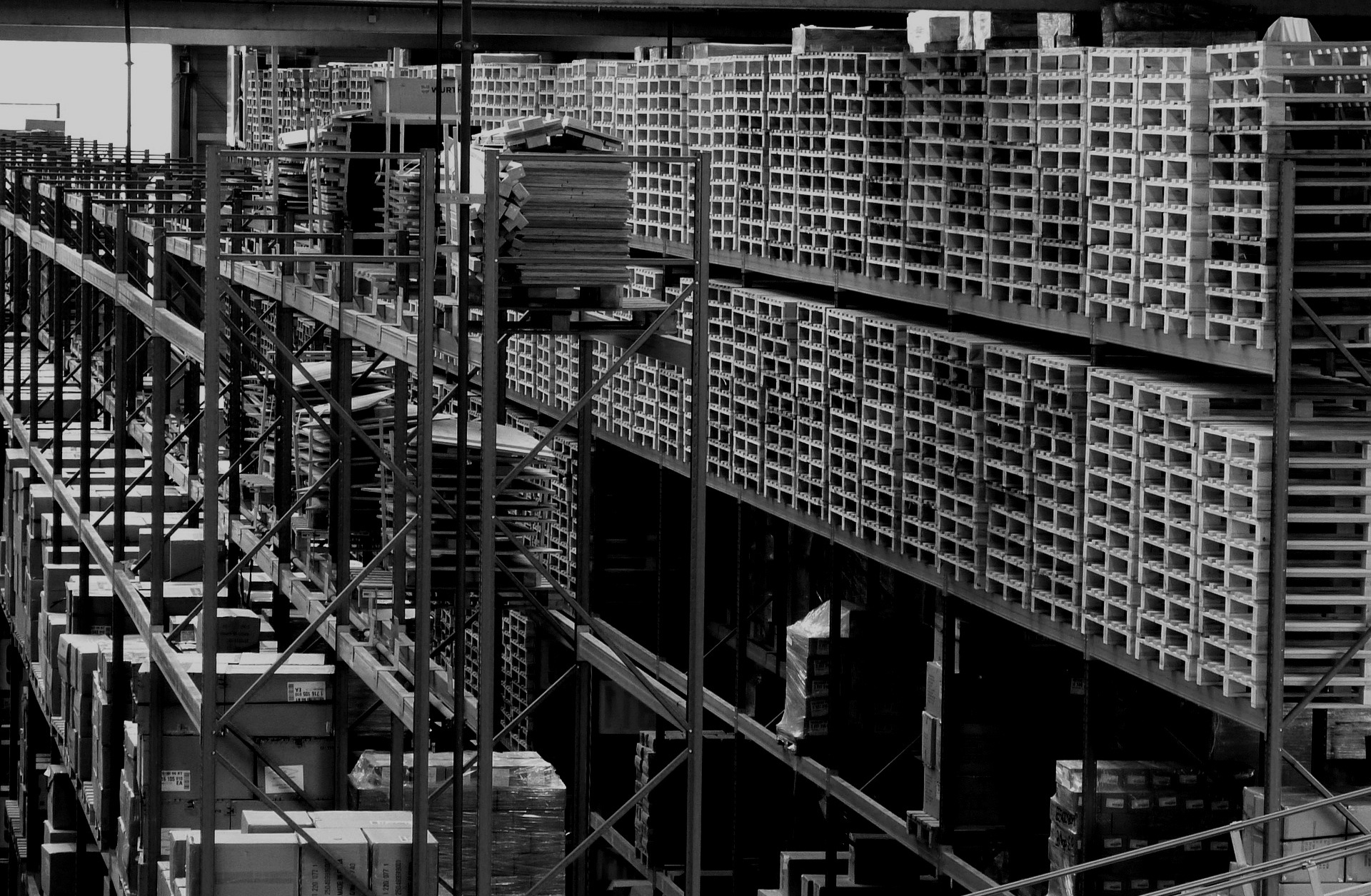 GEFCO - WERK: Bratislava, SlowakeiFUNKTION: Konsignationslager – Buchung von Wareneingang und -ausgang, Bestandsübersicht und Vorbereitung von benötigten LieferungenLEISTUNG: Umschlag von 2.000 Paletten / TagBELEGSCHAFT: 900 Mitarbeiter
