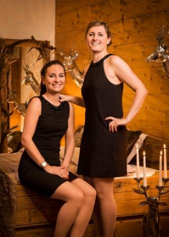 Erin und Lauren Juon, - die Inhaberinnen von EDELWIIS, wuchsen im familieneigenen Schreinereibetrieb im Kanton Graubünden auf. Das Schreinerfach stand natürlich im Zentrum des Familiengeschehens und legte den Grundstein unserer Leidenschaft und Faszination für die Inneneinrichtung im Chalet- und Landhaus Stils.