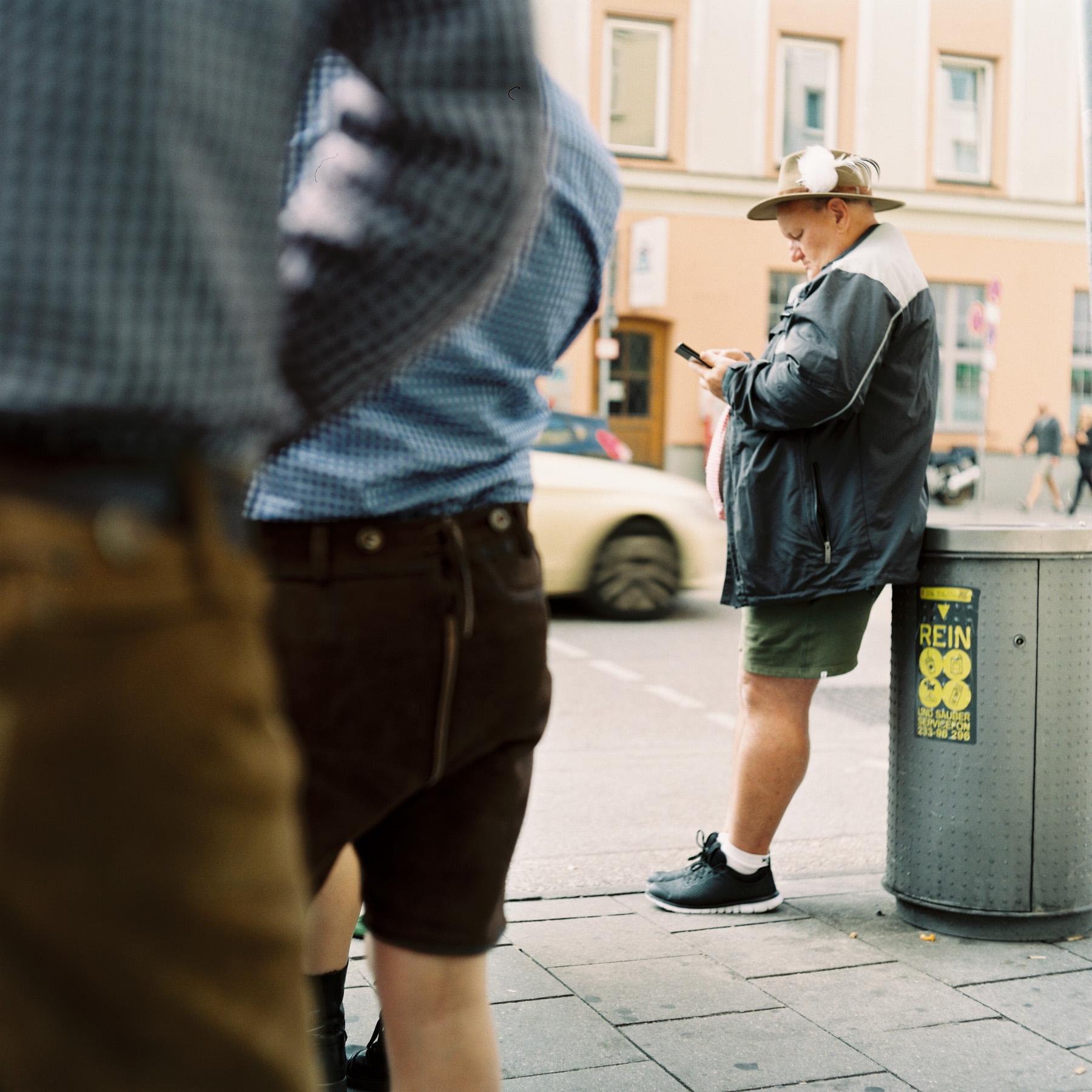 Ein Mann guckt auf sein Handy