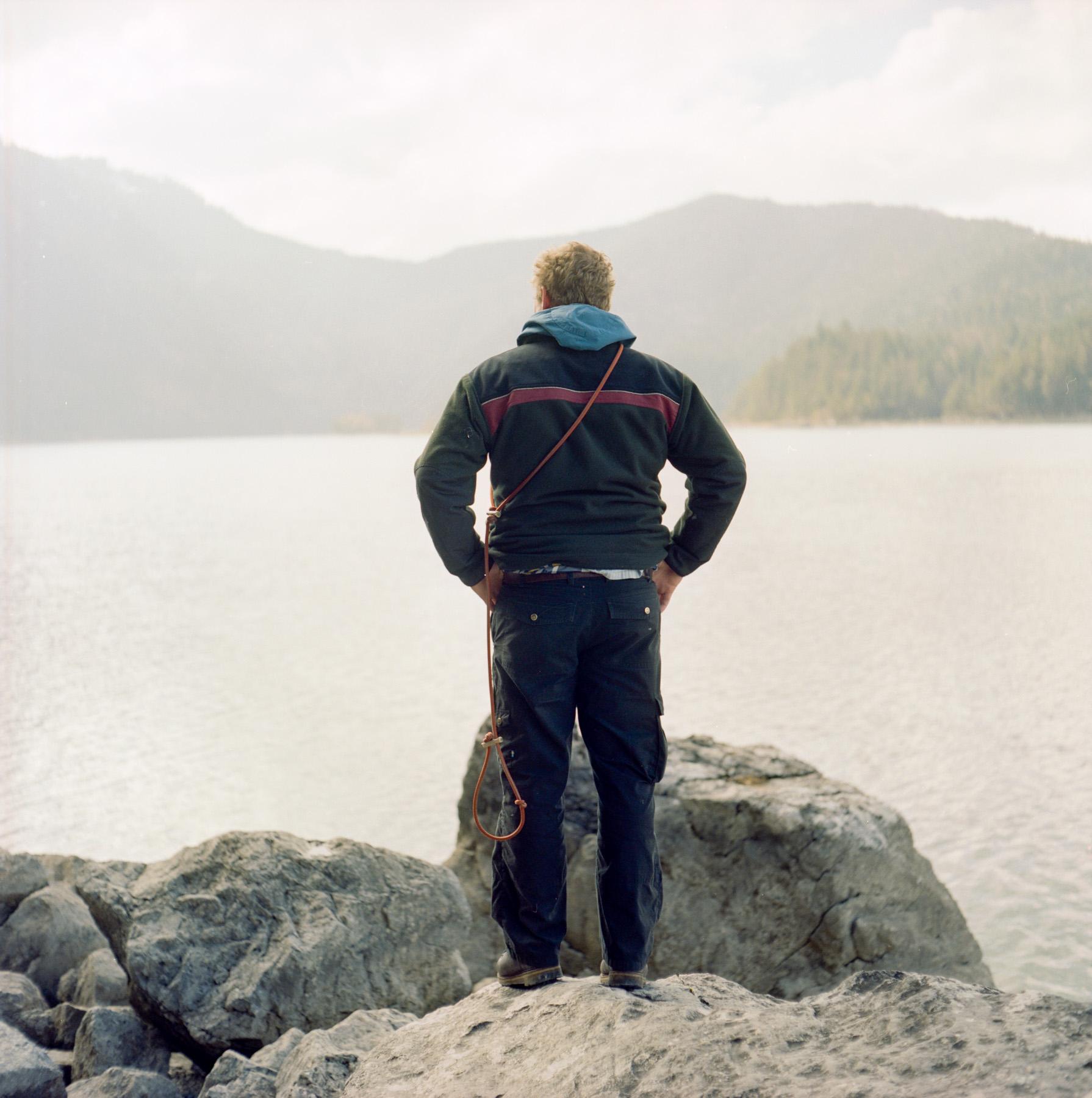 Bene trägt Fjällräven outdoor Hosen am Schliersee.