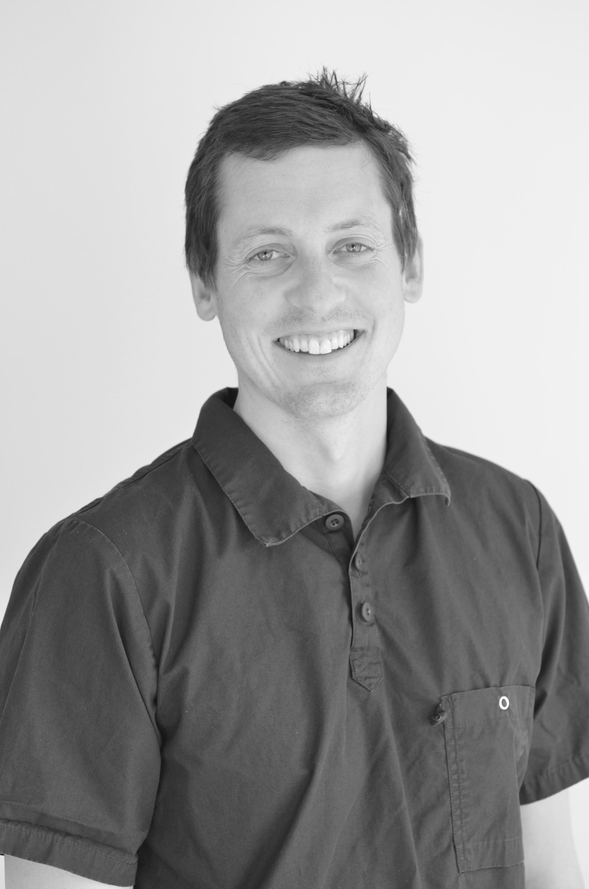 Håvard Engebretsen Zalik - Tannlege MNTFUtdannet ved Universitetet i Bergen ved det medisinsk-odontologiske fakultet 2004-2009. Har godkjenning fra statens autorisasjonskontor for implantatbehandling med trygdestønad.Håvard er fra Molde.