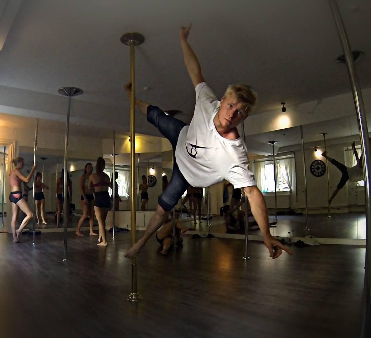 unforgotten_bjarke-poledancer.jpg