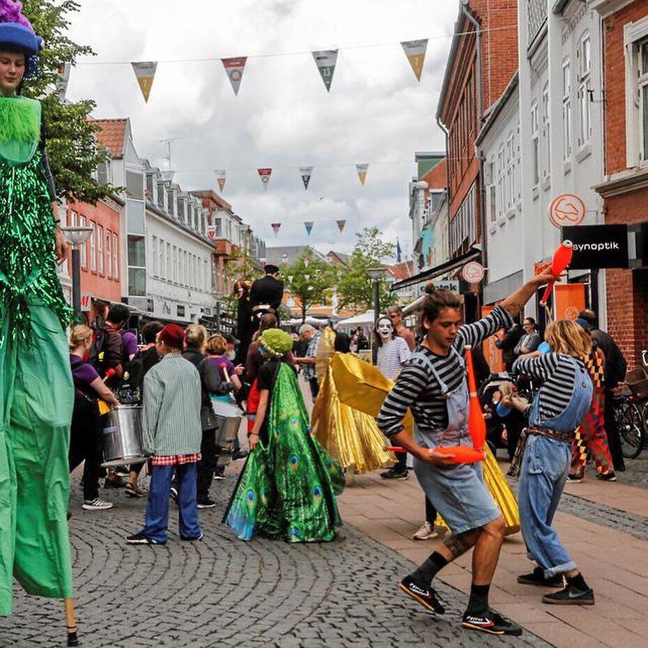 unforgotten-mads-circus-juggling-street.jpg