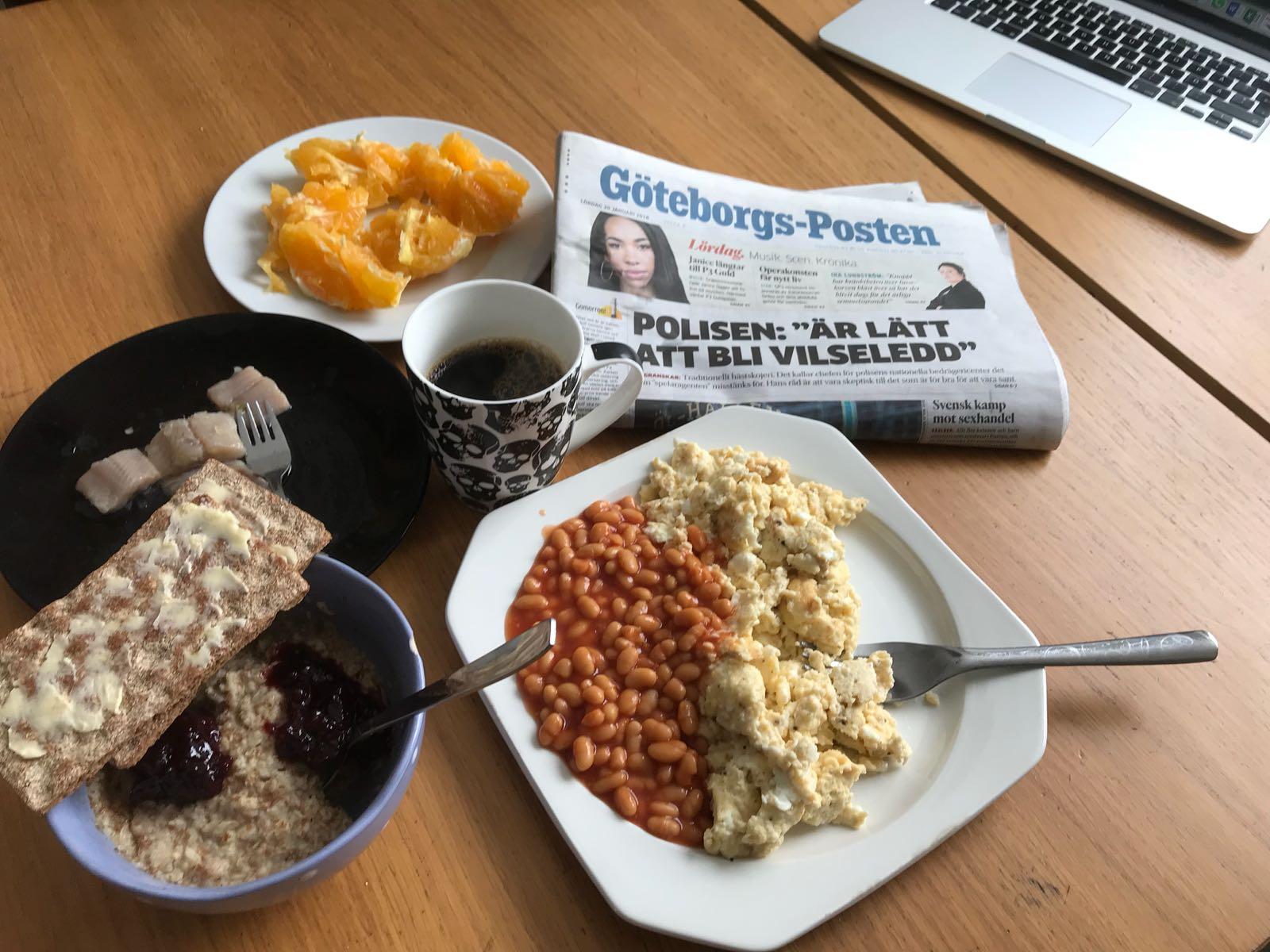 Björns frukost i lugn och ro vid köksbordet efter lördagens morgonpass.