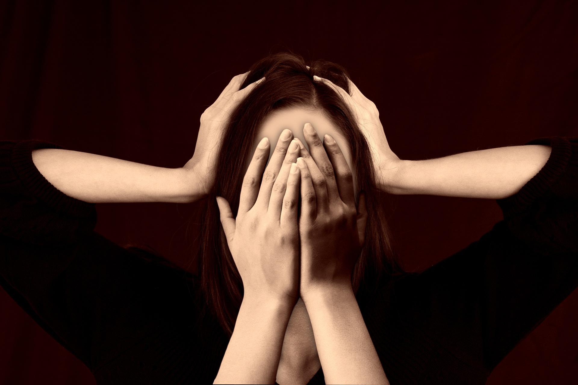 """""""-Att vara trött och stressad är en sak – att vara drabbad av ett  utmattningssyndrom  är en annan sak. Symptomen och besvären är av samma typ men väldigt mycket större och mer omfattande i utmattningssyndromet."""""""