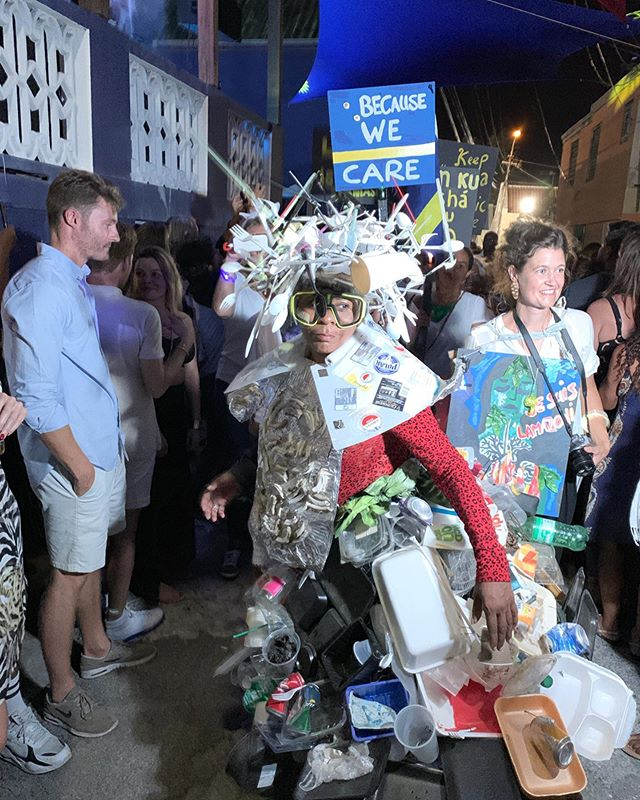 We went to the awesome @kayakayaparty last night. Not only was it a sustainable party with reusable cups, we were also surprised with the performance of Thematerialworld 😍  A performance with an eye opener for awareness concerning litter♻️🗑