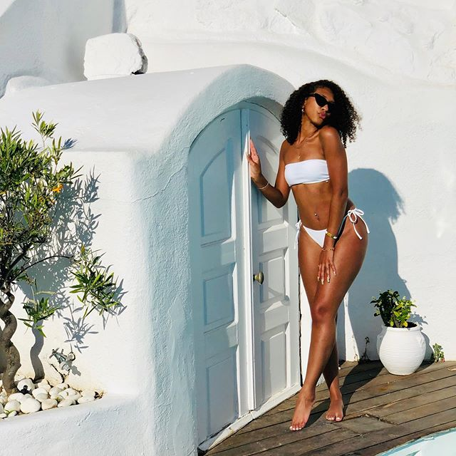 It's something about her... • • • • • #Cassinthecity #Citygirl #blogger #fashion #beauty #lifestyle #hair  #skincare #curlyhair #naturalhair #curlgirl #travel #blackgirlmagic #creativeblackgirl #curlygirl #girlboss #Greece #santorini