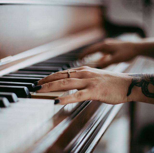 @amyseyephotography snagged this photo a bit ago. But since then,  my nails were redone by the fabulous @reddoornails - then I ripped a couple off (#classic) stacking wood in the forest and now I have sad stumpy nails that are PERFECT for playing my piano. ⠀ I mostly just love all the stunning photos @amyseyephotography captured and needed to share this. ⠀ Sometimes I forget what it feels like to feel my finger tips but I've become a pro at awkward hand positioning for minimal tapping while playing the piano with long nails. ⠀ #masonandrisch #canadianbloggers #lifestyleblogger #yegwomen #yegblog #creativelifestyleblog #yegbloggers #canadianwomen #canadianblog #pianomusic #brandphotoshoot #yegbrandphotographer #yegdesigners #yeghomes #pianodecor #womeninbusiness #yegbusiness #yegliving #yegdecor #yegdesign