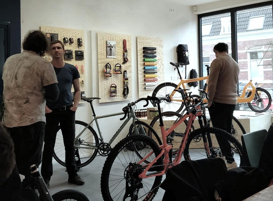 Larry vs Harry Cargo Bike - Met onze roots bij de fietskoeriers van Tour de Ville Eindhoven, zijn doorgewinterde gebruiker, ervaren, mechanieker en trotse dealer van de mooist, degelijkste en snelste cargo bike ter wereld: de Bullitt