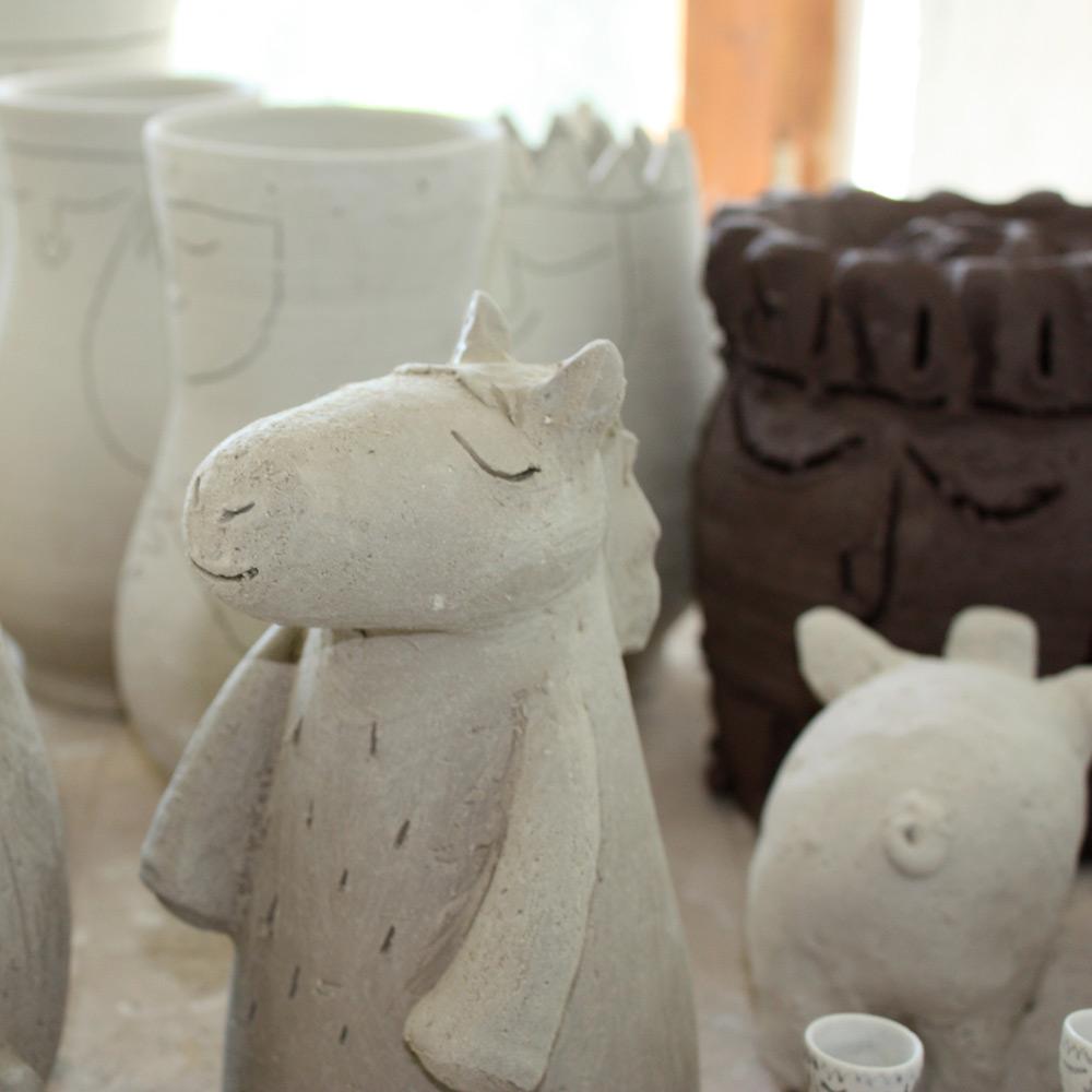 Figuren, Vasen und Gesichter