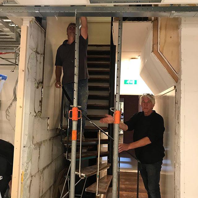 Vandaag werd de nieuwe trap ingemeten door Harrie. Hij heeft ook de huidige trap van de balie naar de grote zaal beneden gemaakt en daar zijn we nog steeds heul blij mee! #hupharrie #uitbreiding #fitnessfactory #1000m2 #fitness #biltstraat