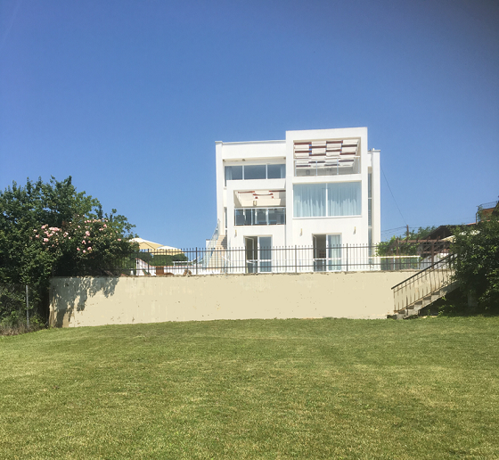 villa with front lawn.png
