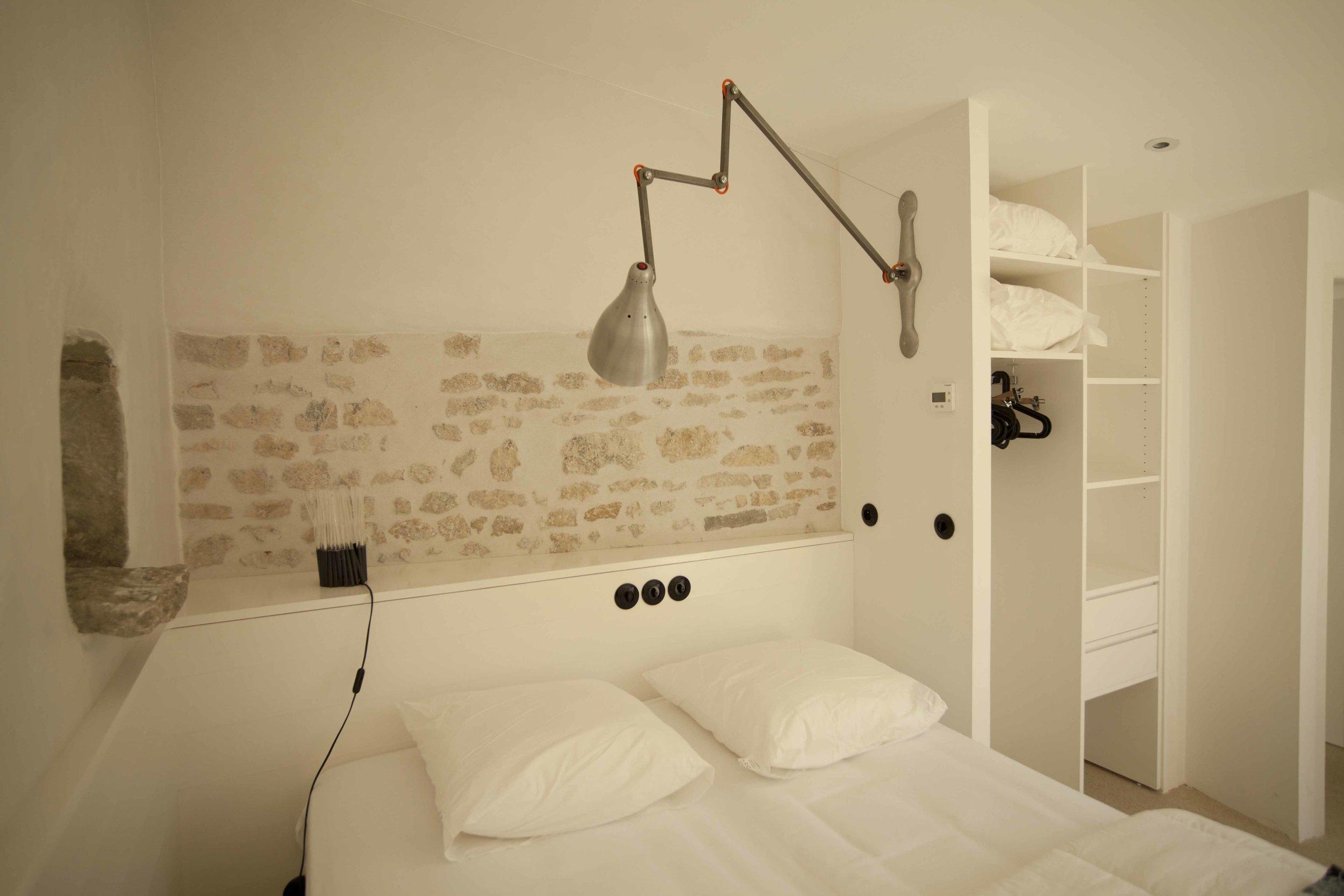 Tête de lit et placard ouvert en épicéa