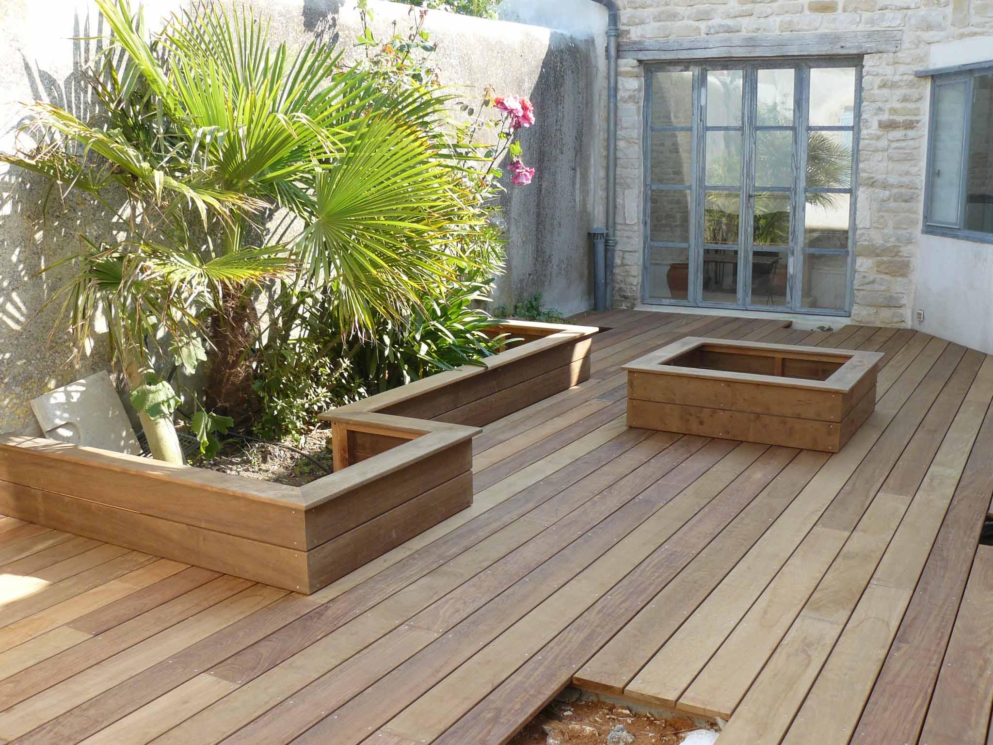 Aménagement terrasse avec jardinières
