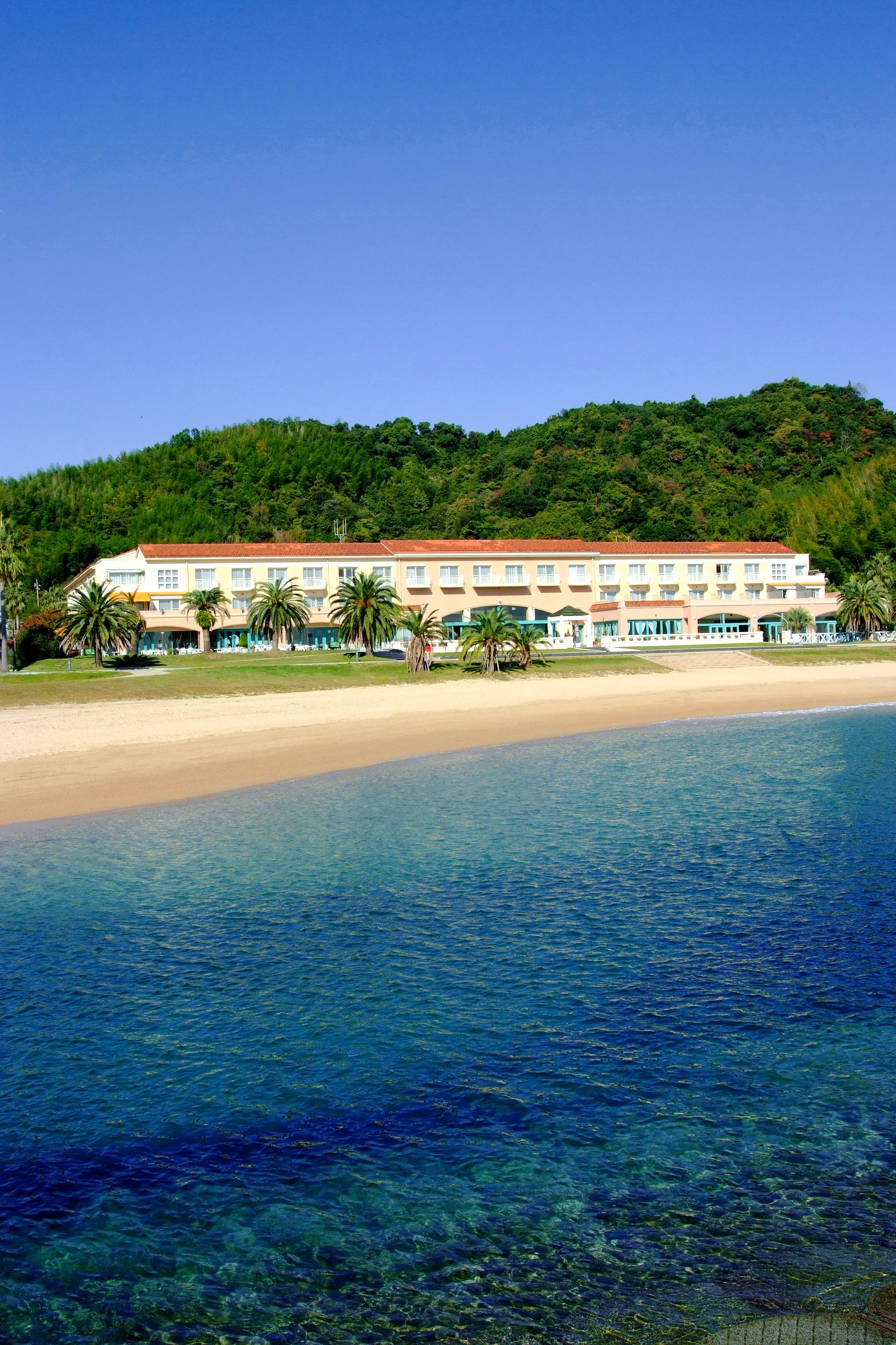 海から見えるホテル全景(タテ)1.jpg