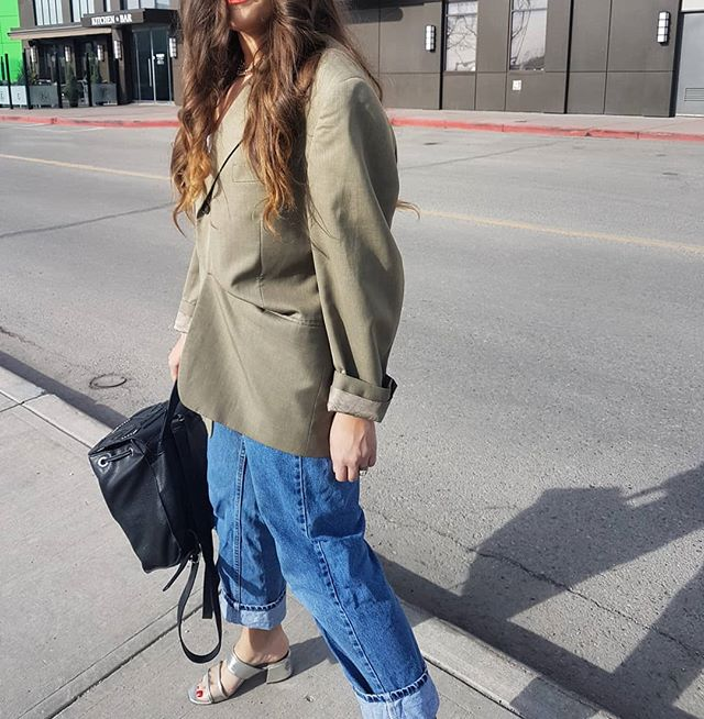 On the run.... . . . . . . . . #thekarshow #fashionlover # #trendyclasic  #baige #leather  #suiting #dailyhive #sportswear #calgary #vintage #zara  #oversizedblazers #saturday #aritzia  #menswear #fashionblogger #neutrals  #discoverunder5k #bloggerstyle #outside #mystyle #wiw #ottdfashion #outfitoftheday #spingstyle #styling #mystyle #fashion #outside