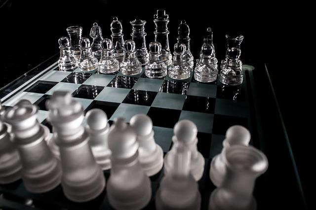 Shakkipelissä nappuloiden ominaisuudet ovat yksinkertaisempia kuin reaalielämän kunnossapidon shakissa.