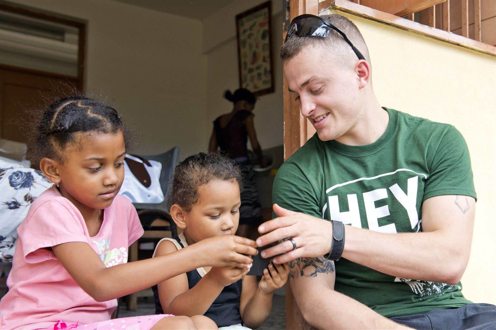 carter-hall-volunteers-at-school-in-seychelles.jpg