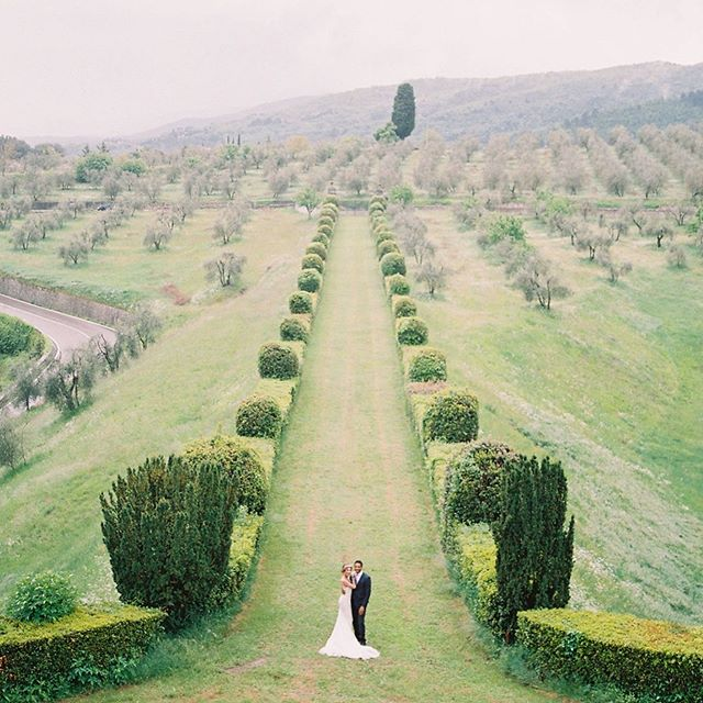 There's a certain magic about Tuscany that makes me all tingly inside.  Planning by me @sageandparkerevents  Styling @saranmorethanevents Photography @mirellecarmichaelphoto Venue @torreacona Ceramics @blancmariclo Hair @paolomanciocchi.events Makeup @aliceceragiolimakeup Models @iamgiuliapaoli @isacco25