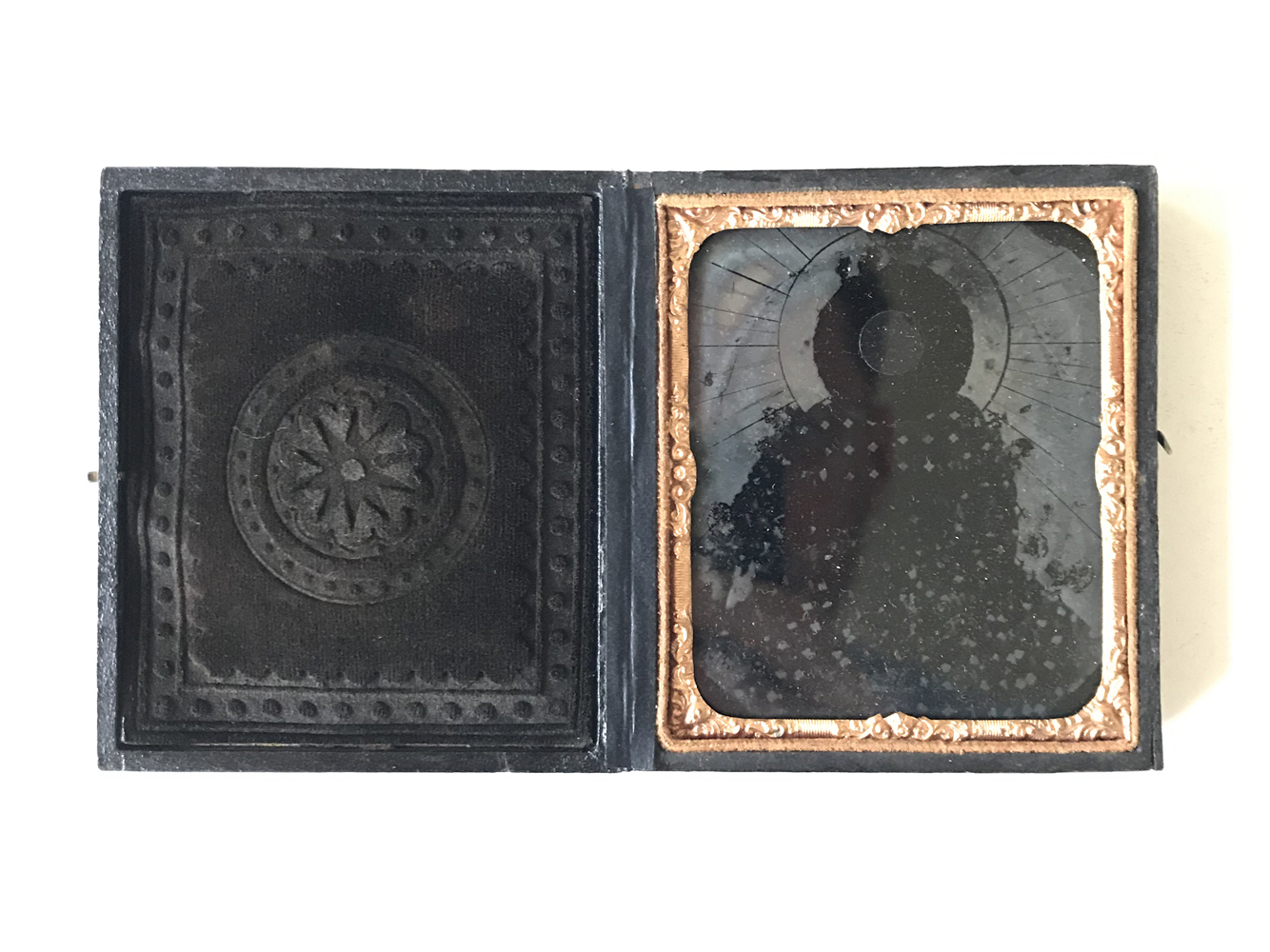 Corpus tenebris (Dark body) , 2018  Redrafted ambrotype with reflective film,   9.4 x 17 cm