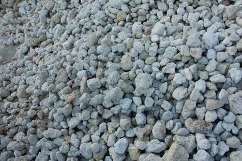 ① 採掘場にてシラス原石の採取