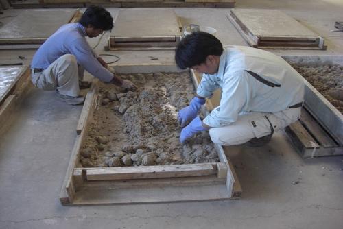 ②シラス原石をブロックに象嵌