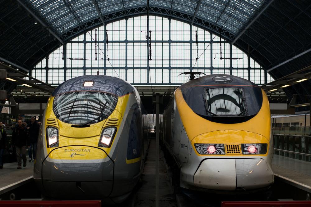Kaksi kansainvälistä Eurostar-junaa lähdössä Lontoon St.Pancrasin rautatieasemalta. Kuva: 0x010C
