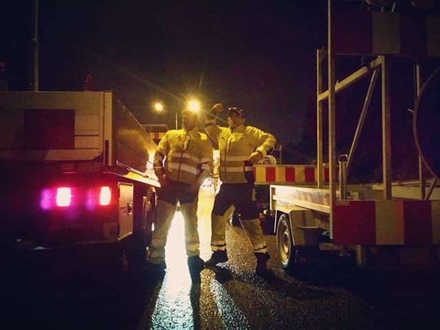Lag nr. 2 poserer for pressen. #oslo #sandvika #vegvesen #veigutta #langsveien #night #lights #light #jobb #sperring
