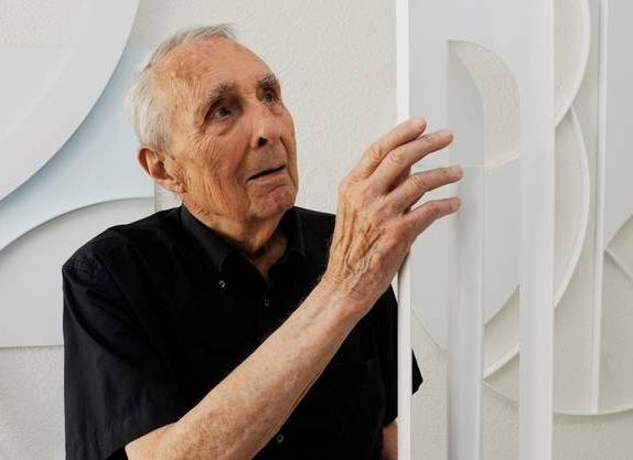 Göpf Honegger - Gottfried Honegger (1917–2016), geboren in Zürich und aufgewachsen in Sent im Unterengadin, machte eine Lehre als Schaufensterdekorateur und bildete sich an der Kunstgwerbeschule Zürich aus. Arbeit als Werbegrafiker, Designer und Art Director. Seit 1958 Maler und Bildhauer, Aufenthalte in New York. Zuletzt lebte er in Zürich und Paris.