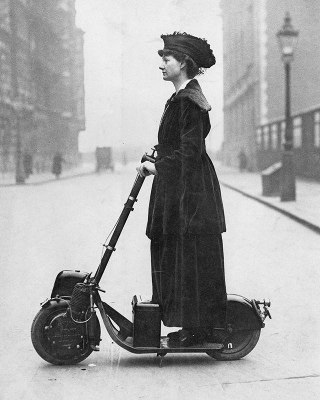 bereits 1906 waren e-scooter unterwegs. 2019 sollen sie unsere mobilität revolutionieren? die mobile zukunft braucht frische Ideen. wir bleiben dran: link in bio #denkfabrikmobilitaet #thinkdifferent #emobility #transformationdesign #future #smartcity #city #1906 #escooter #history #girlpower #mobility