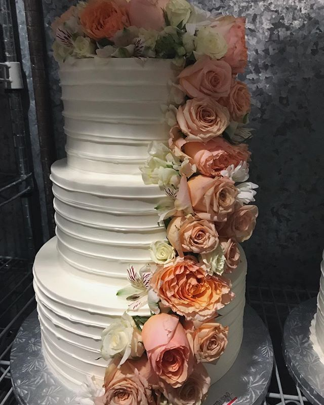 Great choice of florals for this cake #butterybakery