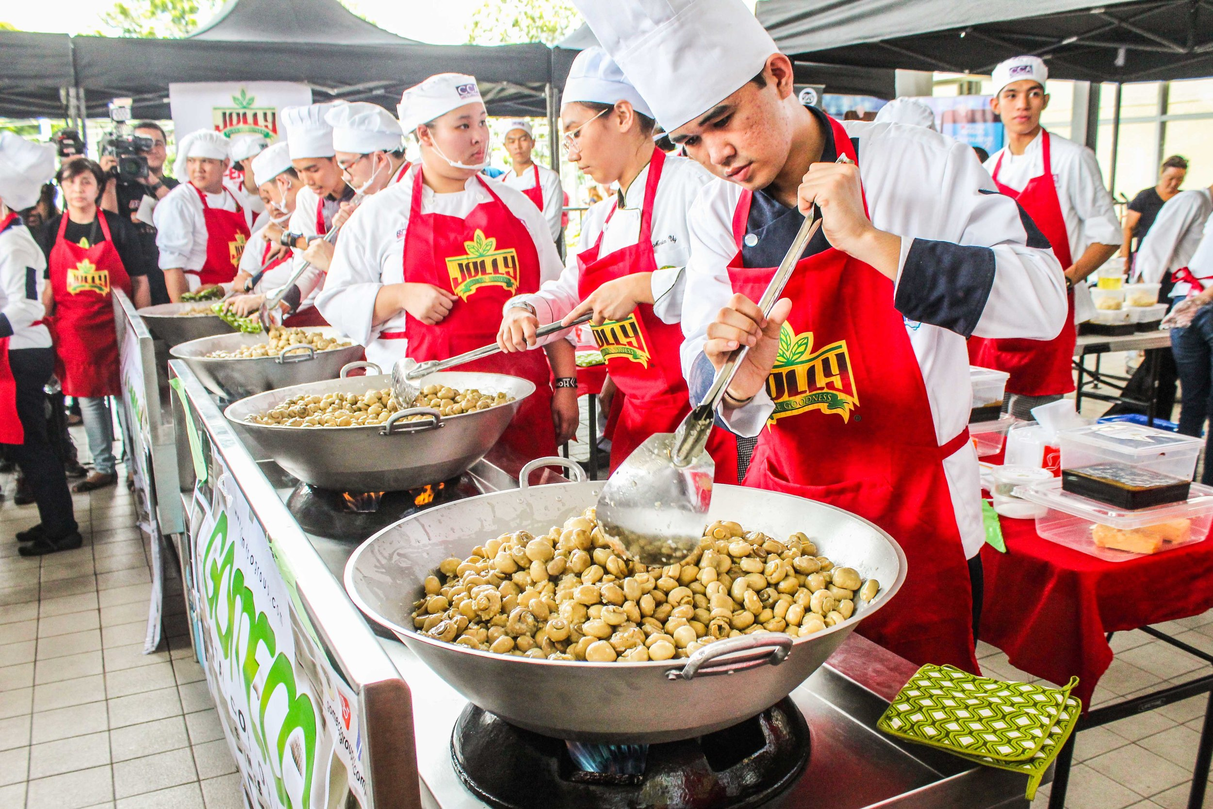 Cookign-Stations.-Students-from-CCA-cooking-over-300-kg-of-mushroom-to-make-the-world-record..jpg