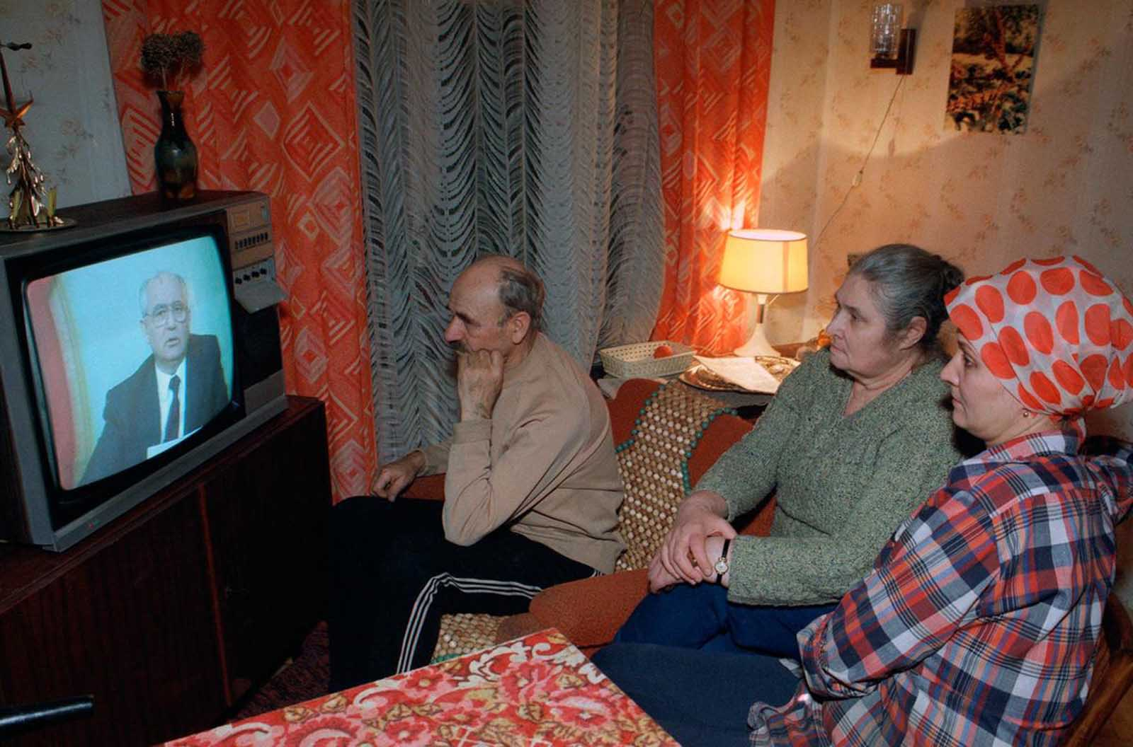 A family watches Soviet President Mikhail Gorbachev's resignation speech on TV in their downtown Moscow apartment, on December 25, 1991. This marked the end of the Soviet Union. Image:    Rare Historical Photos
