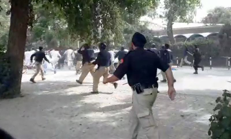 Police violently disperse a peaceful students' protest at Peshawar University, October 4, 2018. Photo:    DAWN
